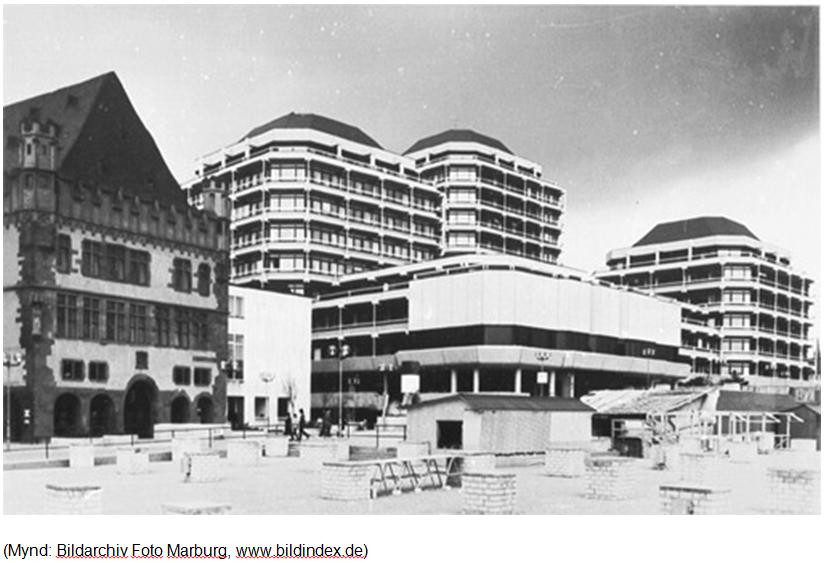 """""""Gamla ráðhúsið"""" í Frankfurt. Byggt 1974. Rifið fyrir nokkrum árum."""